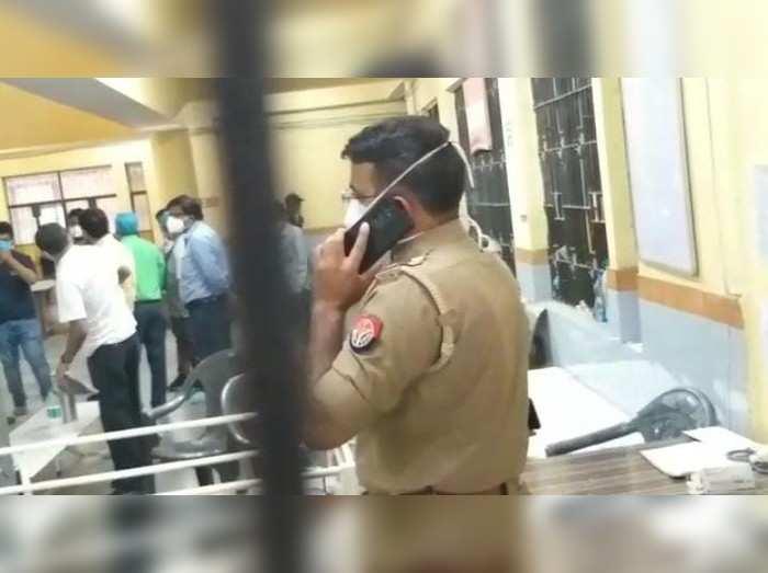 अलीगढ़: मौत से गुस्साए परिजनों ने डॉक्टरों को पीटा, स्टाफ ने कमरे में बंद कर बचाई जान