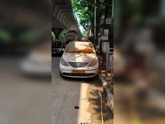 बस थांब्यावर अनधिकृत बेवारस कार पार्किंग.