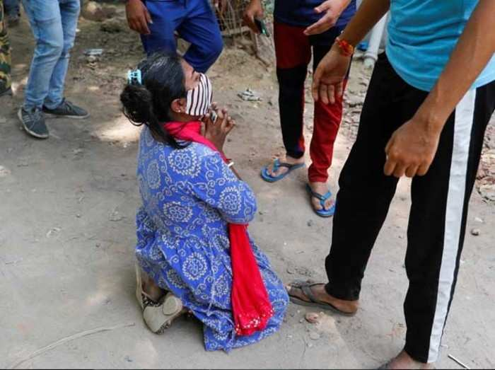 delhi coronavirus outbreak image of a woman crying outside oxygen workshop after her mother died