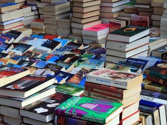 पुस्तके जीवनावश्यक व्हावीत