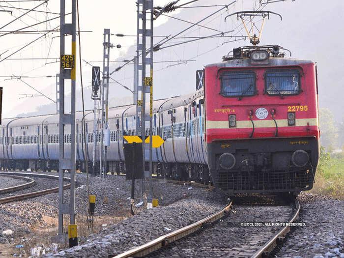 मध्य रेल्वेने या कारणामुळे मुंबई-पुण्यातून जाणाऱ्या १० ट्रेन केल्या रद्द