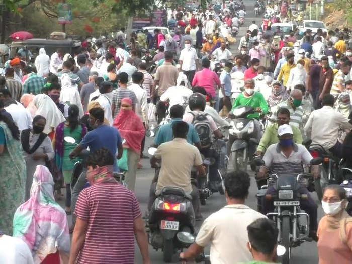 नगरच्या बाजारात उसळली गर्दी