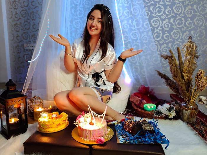 ashnoor kaur turns 17 shares midnight birthday celebration pictures