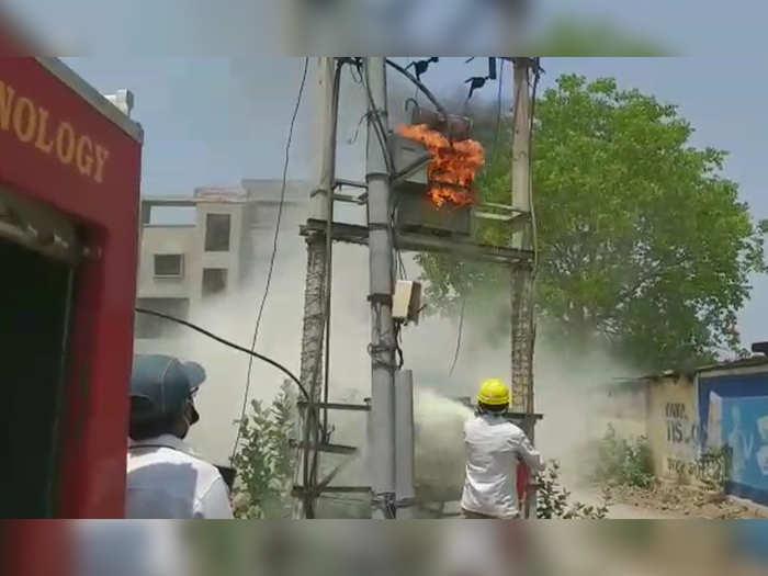 रोहित्राला लागली आग; स्फोटाच्या भीतीने नागरिकांमध्ये घबराट