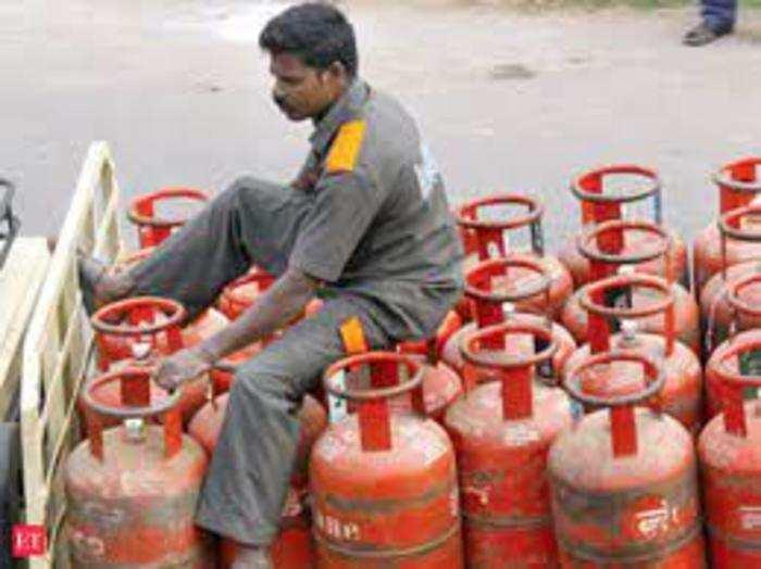 इंडियन ऑयल ने पेट्रोल पंप स्टाफ और एलपीजी डिलीवरीमैन के लिए मेडिकल इंश्योरेंस कवर आगे बढ़ा दिया है।