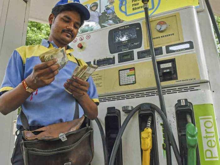 लगातार दूसरे दिन बढ़े पेट्रोल डीजल के दाम (File Photo)