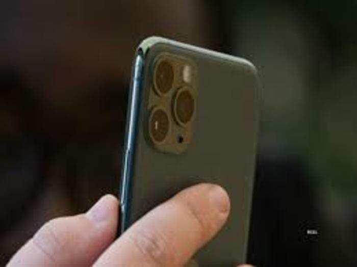 भारत में अमेरिकी कंपनी Apple के iPhone 12 उत्पादन आधा रह गया है।