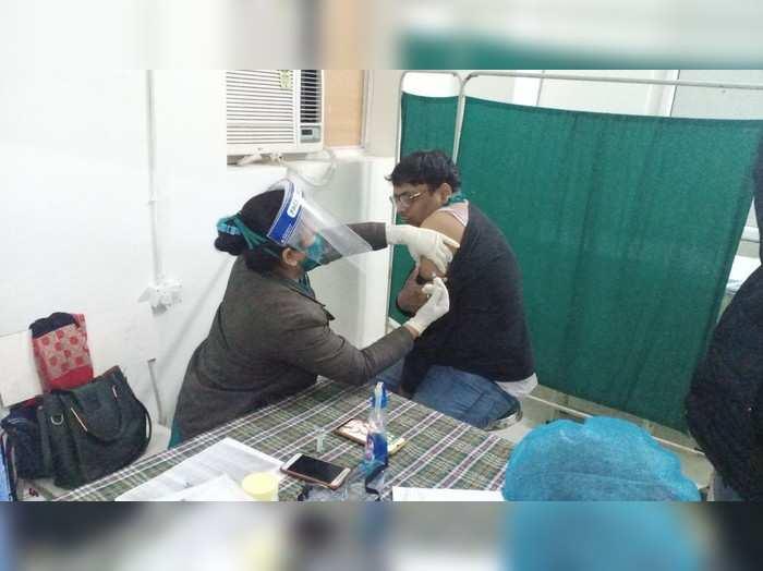 फिरोजाबाद में 15 मई तक कोरोना वैक्सीन की सभी स्लॉट फुल, जानकारी के अभाव में अस्पतालों में उमड़ रही भीड़