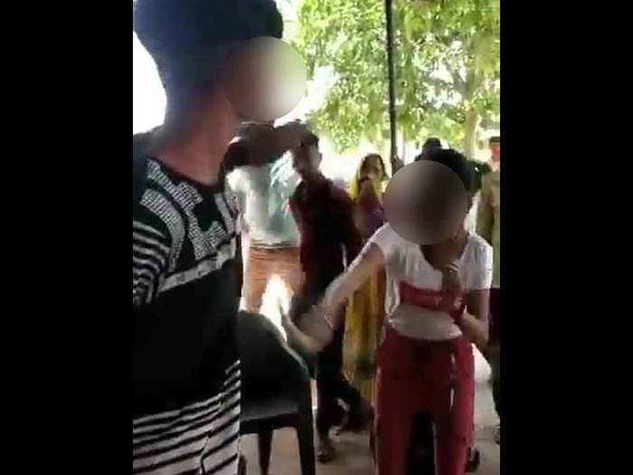 किशोरी ने छेड़खानी करने वाले शोहदे को जमकर पीटा
