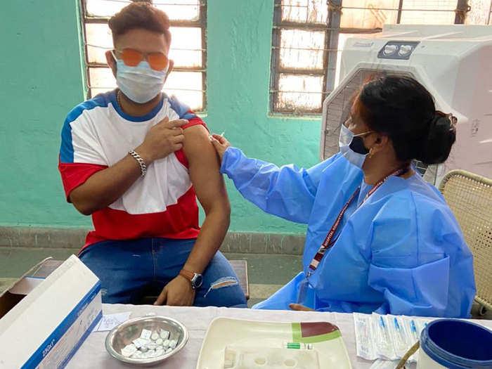 Rishabh Pant COVID-19 Vaccine: ऋषभ पंत को कोरोना वैक्सीन का पहला डोज लगा, तस्वीर के साथ फैंस से की यह अपील