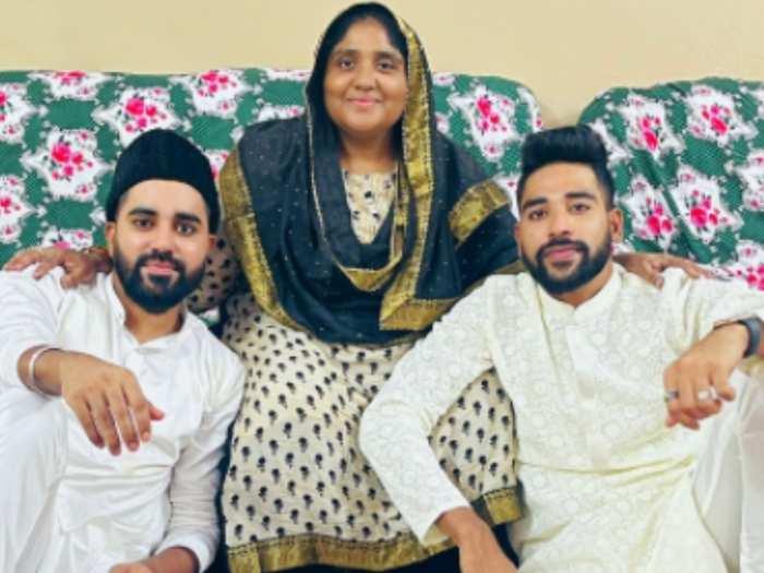 मोहम्मद सिराज अपनी मां और भाई के साथ