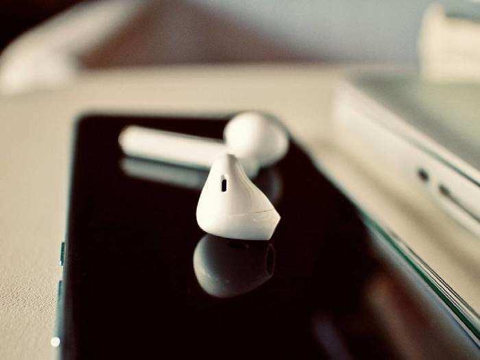 Earbuds: स्टाइलिश लुक और स्मार्ट फीचर्स के साथ खरीदें ये Earbuds