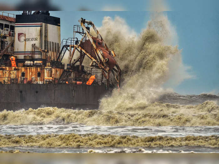Mangaluru: High sea waves due to cyclone Tauktae hit Bhagavathi Prem Sinken Dred...