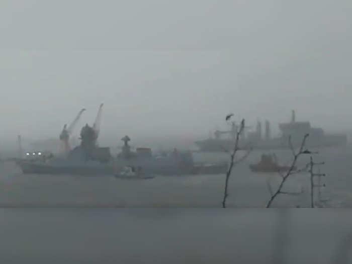 मुंबईच्या समुद्रात दोन मोठी जहाजं भरकटली, जहाजांवर ४१० जण अडकले (फोटो-एएनआय)