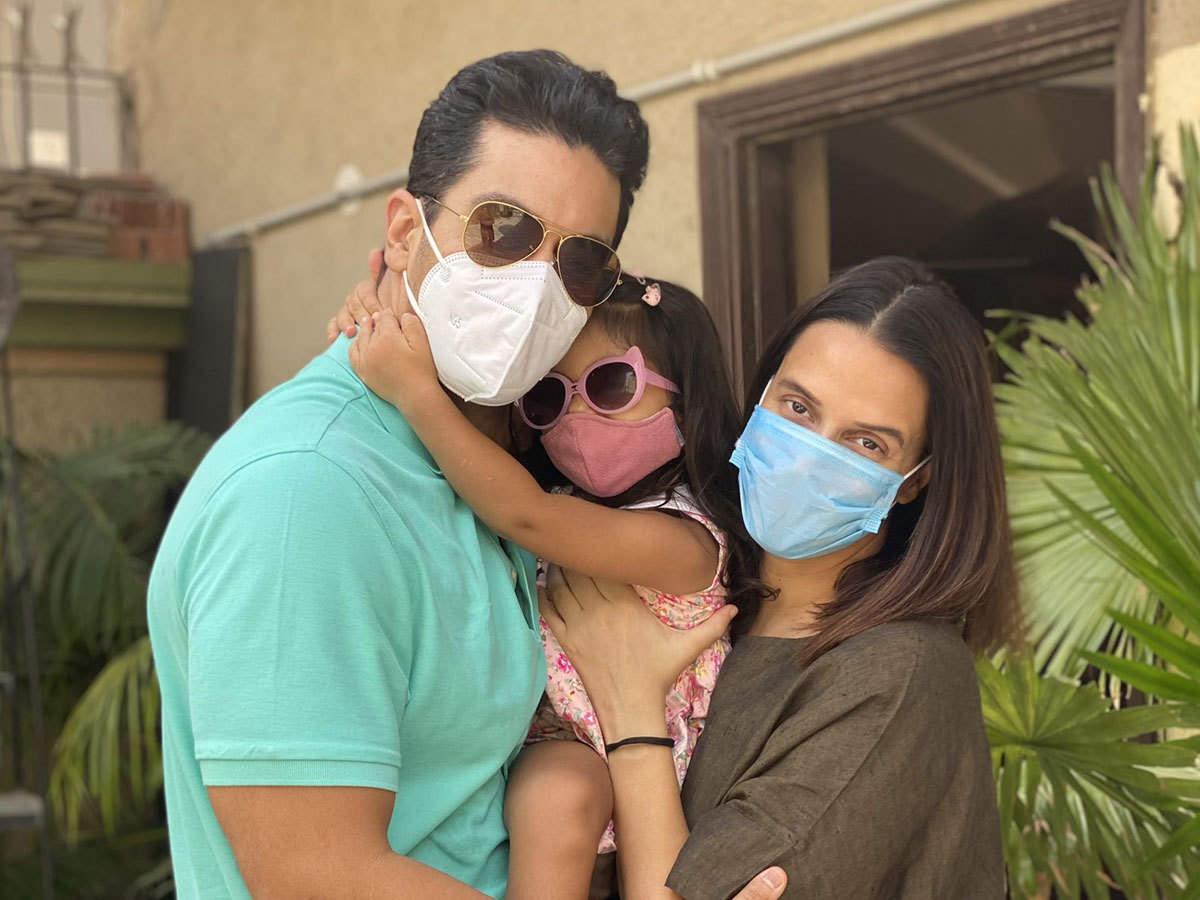angad bedi neha dhupia mehr video: angad bedi reunites with daughter mehr  after 16 days of covid 19 isolation: वीडियो में देखें 16 दिन बाद बेटी मेहर  से मिले अंगद बेदी - Navbharat Times