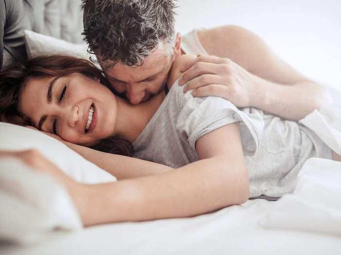 सुखी वैवाहिक जीवन जगण्यासाठी सोप्या मॉर्निंग रोमँटिक टिप्स