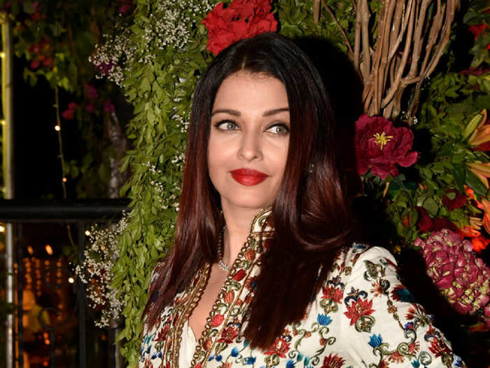 aishwarya rai in red suit at bachchan party failed to grab attention in front of divya khosla kumar