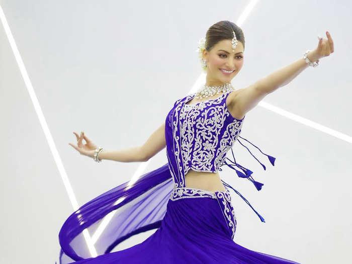 Urvashi Rautela Looks Beautiful In Blue Lehenga While Performing Kathak : उर्वशी रौतेला को कथक करते देखा है कभी? नीले लहंगे में सजी इस ऐक्ट्रेस की आप भी देख लें खूबसूरती -
