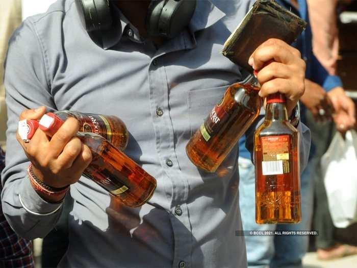 Delhi Alcohol Home Delivery: दिल्ली वाले ज्यादा खुश न हों, फौरन शुरू नहीं होगी शराब की होम डिलिवरी, जानें क्यों