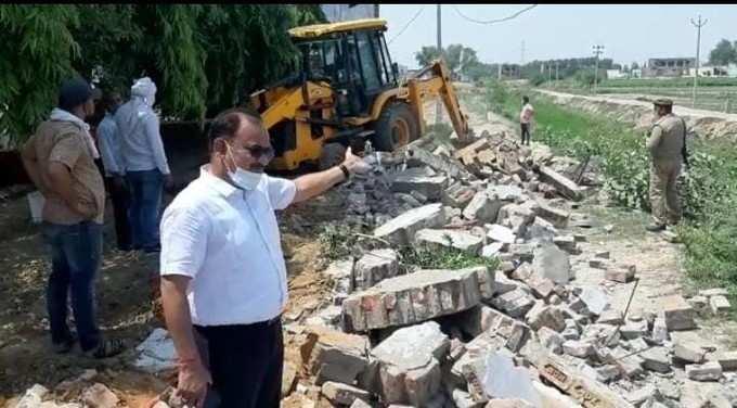 Aligarh News: Bulldozer ran on illegal cold store of land mafia Anil Chaudhary in Aligarh, farmer got land back