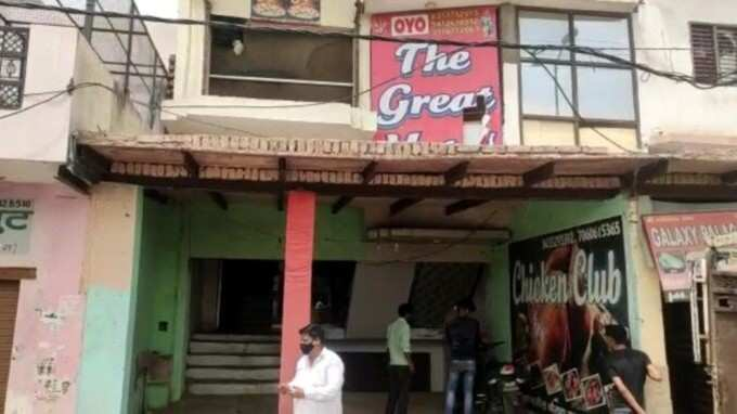 The business of sexual intercourse was going on in this hotel of Agra, the police got a clue, the hotel operator and the girl were arrested in an objectionable condition.