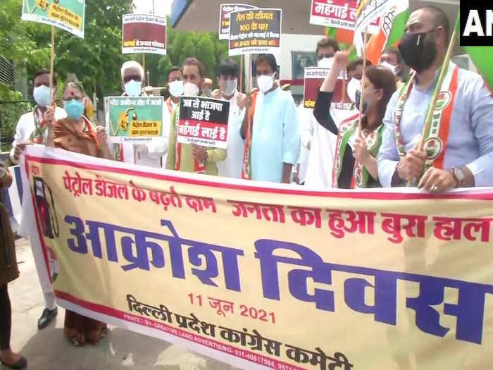 Latest Hindi News: Congress Protest Live: तेल की कीमतों के खिलाफ देशभर में  कांग्रेस का विरोध प्रदर्शन जारी - petrol diesel price hike nationwide  protest today by congress live update | Navbharat Times