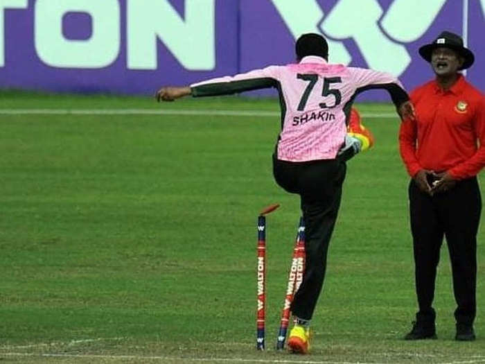 watch shakib al hasan misbehaved with the umpire in dhaka premier league fans demanded ban him from international cricket and ipl