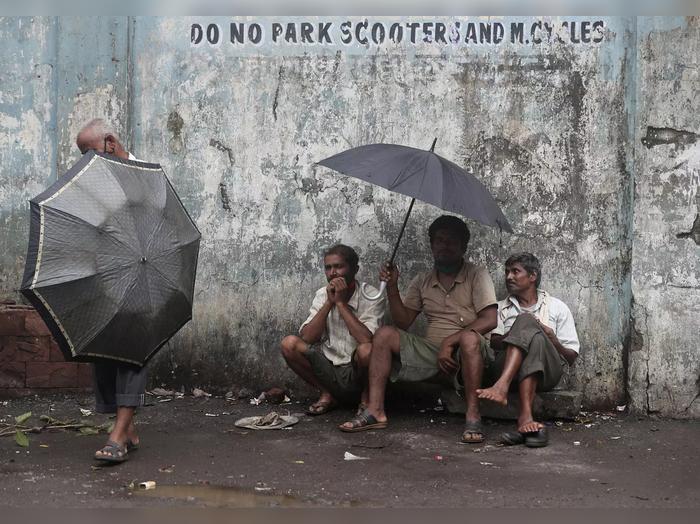 करोना संक्रमण : हातावर पोट भरणाऱ्यांची विवंचना, मुंबईतील एक प्रातिनिधिक दृश्यं