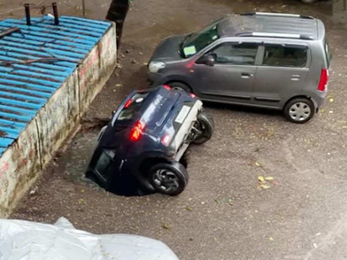 पार्क केलेली कार बुडाली