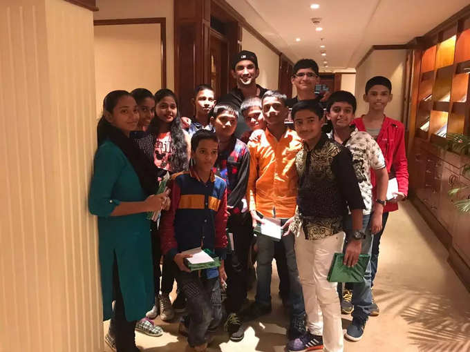 Sushant Singh Rajput Photo With Students