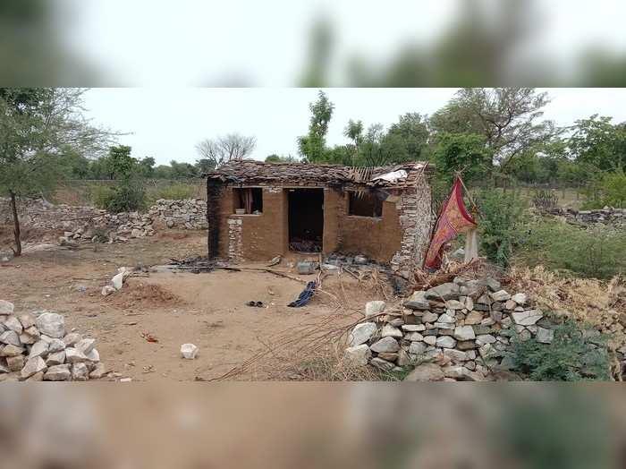 Rajsamand: कब्जा हटाने के लिये दबंगों ने गरीब की झोंपड़ी में लगायी आग, पीड़ित परिवार की SP से गुहार