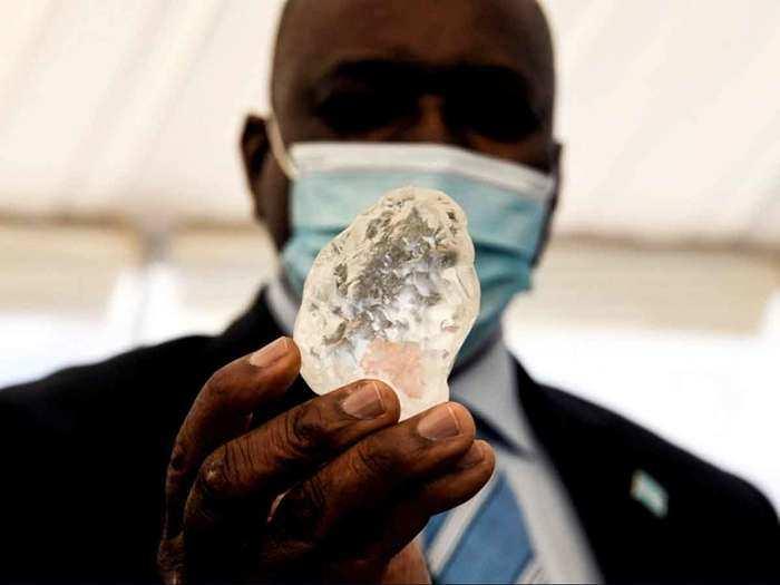 President Mokgweetsi Masisi holds diamond
