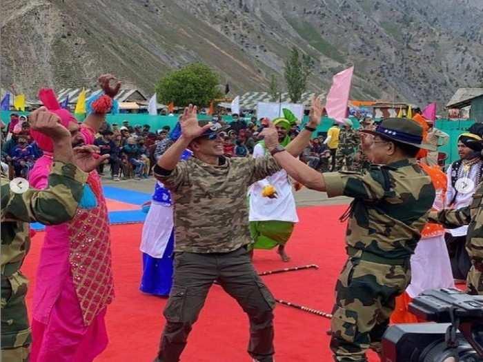 अक्षय कुमार पोहोचला काश्मीरमधील बीएसएफ कॅम्पवर; सैनिकांसोबत साधला संवाद