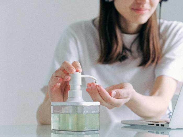 Sanitizer For Corona : इस महामारी के समय में जिंदगी नहीं, Sanitizer से हाथ करें साफ