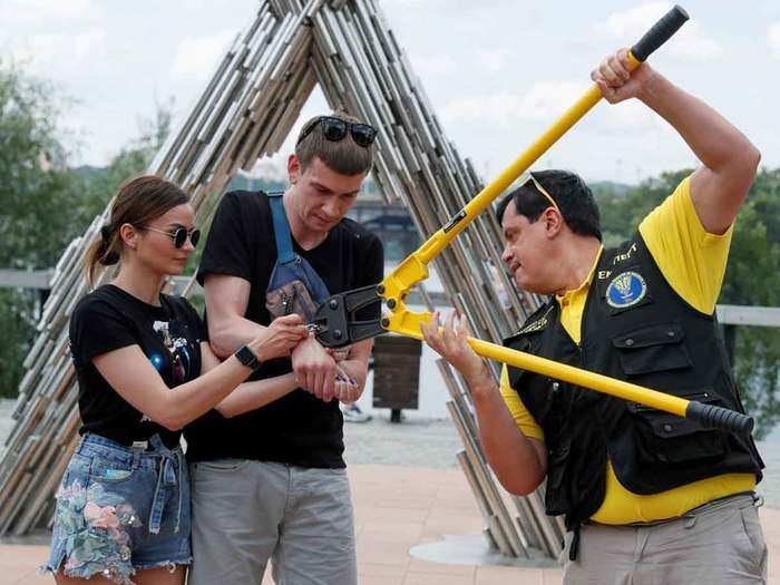 ukraine couple alexandr kudlay & viktoria pustovitova ditches handcuffs and split up