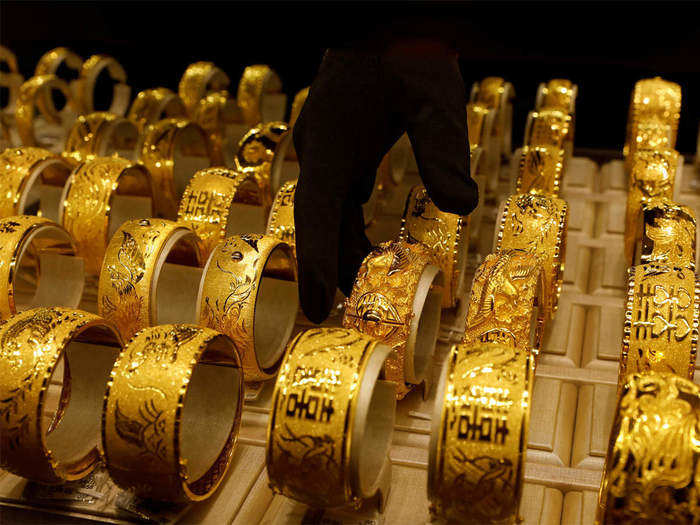 silver and gold price, spot gold tumbles 882 rupee during entire week, know the latest price
