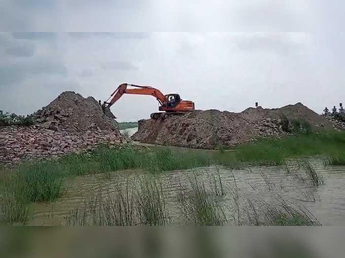 Sattarghat Bridge : देख लीजिए नीतीश सरकार का बाढ़ मैनेजमेंट, अपनी ही बनाई सरकार को क्यों काट डाला?