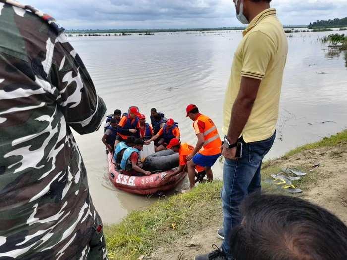 शारदा नदी का जलस्तर बढ़ने से टापू पर फंसे लोग, रेस्क्यू कर सुरक्षित निकाला गया