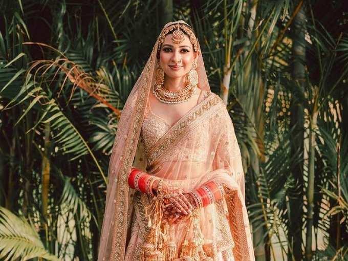 इस दुल्हन ने पहना अनुष्का शर्मा से भी ज्यादा खूबसूरत ब्राइडल लहंगा