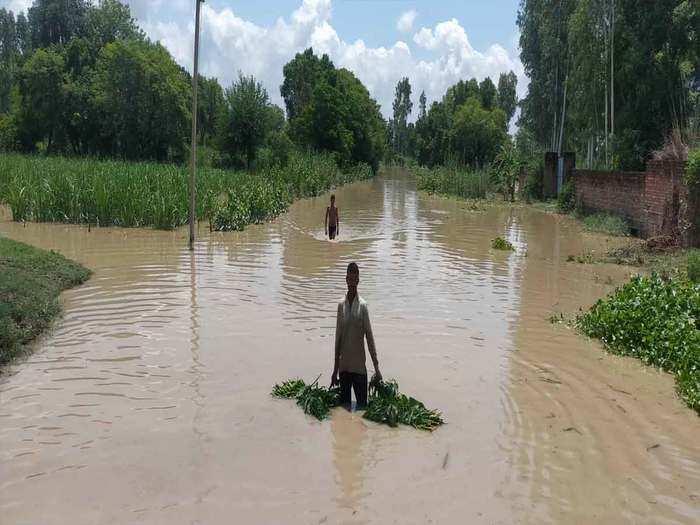 खेतों में घुसा बाढ़ का पानी