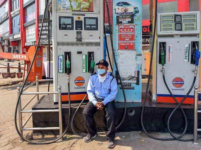 पेट्रोल-डीजल बाजार में आज तब्दीली नहीं (File Photo)