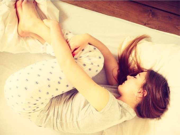 पाठ, मान, कंबर व खांद्याच्या वेदनांनी आहात त्रस्त? या पोजीशनमध्ये झोपल्याने मिळेल झटपट आराम!