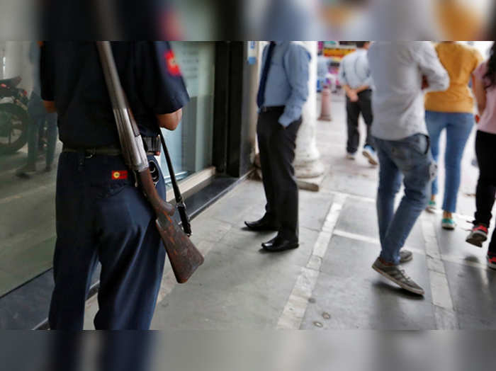 bank security guard shoots a customer for not wearing mask