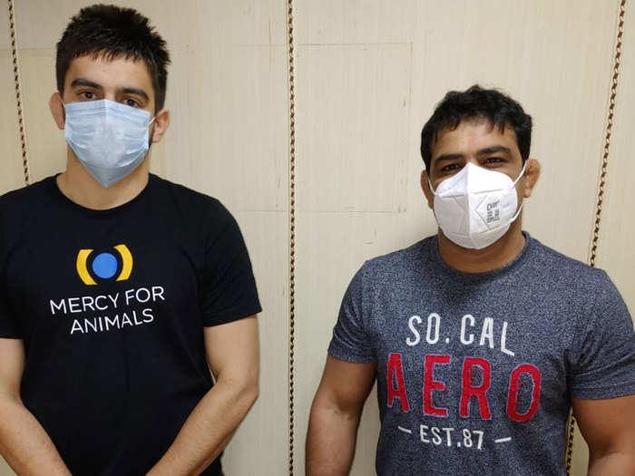 सुशील कुमार के साथ पुलिसकर्मियों ने फोटो खिंचवाई, दिल्ली पुलिस ने जांच शुरू की