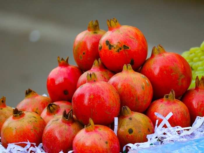 7 healthy fruits to eat in monsoon season to boost immunity in hindi