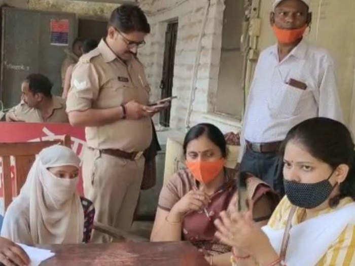 मिर्जापुरः रुपए लेकर 12 साल के मासूम का सौदा, 40 साल के युवक से रचाई जा रही थी शादी