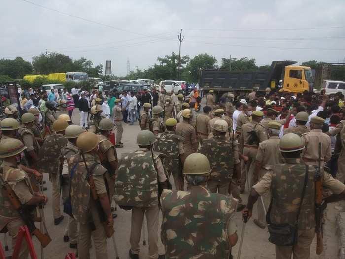 Sonbhadra News: जिला पंचायत अध्यक्ष पद की वोटिंग में जमकर हंगामा, SP समर्थित सदस्य को रोके जाने से भड़के कार्यकर्ता