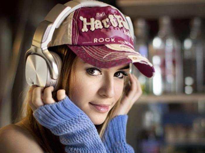 Latest Wireless Headphones : जबरदस्त साउंड और बेस वाले इन Headphones पर मिल है भारी छूट