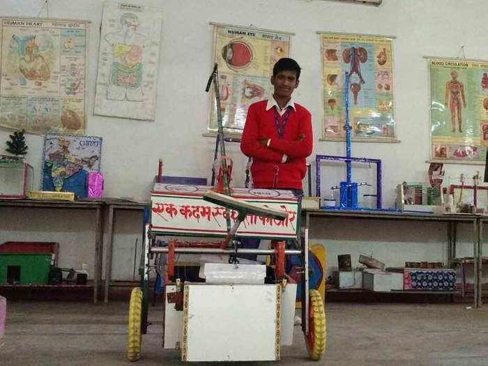 कूड़ा उठाने वाली मशीन के साथ छात्र