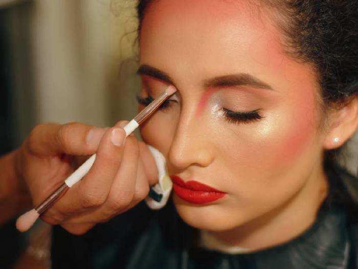 Makeup Products : मेकअप में जरूर इस्तेमाल करें ये प्रोडक्ट्स और निखारें अपनी खूबसूरती, देखें यह लिस्ट